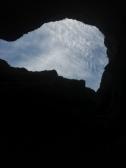 La tête en l'air, de l'intérieur du canyon