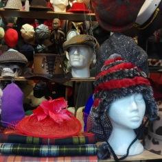 Une vitrine de chapeaux rigolos