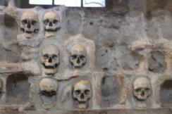 La Tour des Crânes, dont certains ont été retirés au cours du temps