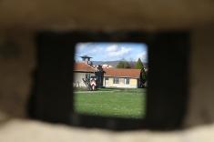 L'ancien camp de concentration est fermé le lundi, mais on peut apercevoir l'intérieur